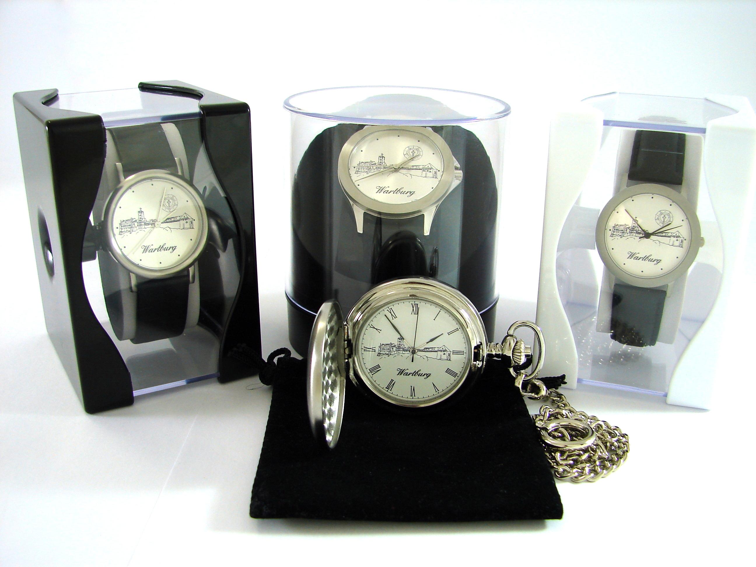 drei verschiedene Wartburg Uhren in der typischen durchsichtigen Uhrbox und eine Wartburg Taschenuhr