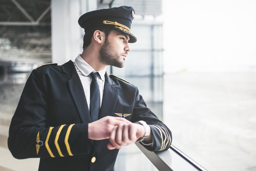 Pilot schaut auf seine Uhr und checkt die Lage