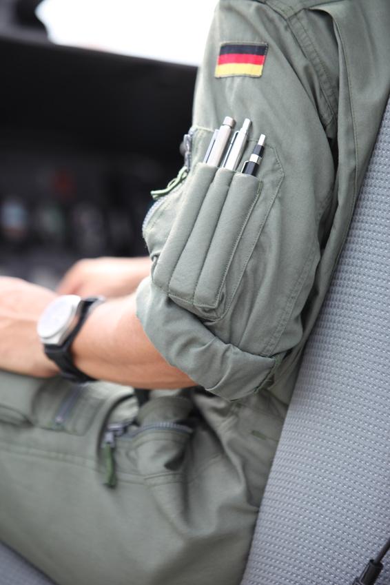 Blick auf einen Bundeswehr Piloten. Zusehen ist das Cockpit und Teile seiner persönlichen Ausrüstung