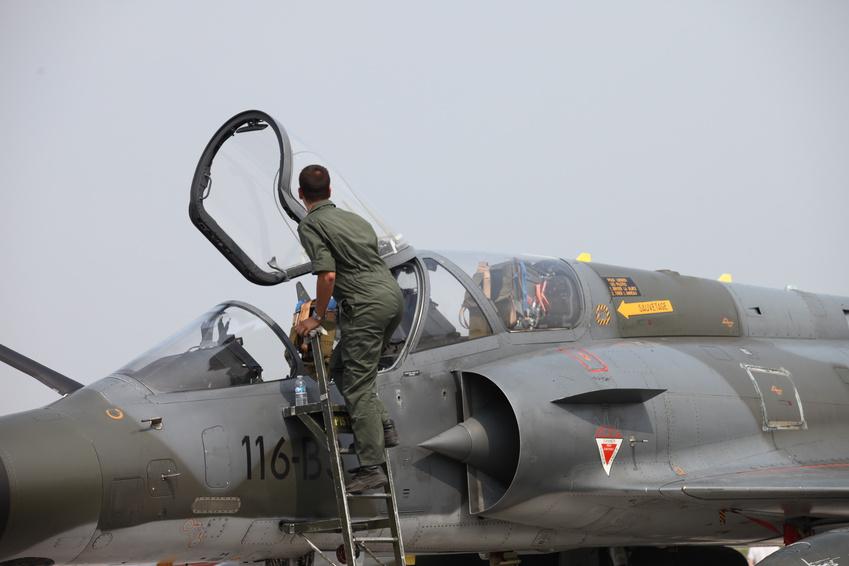 Pilot steigt in sein Militärflugzeug