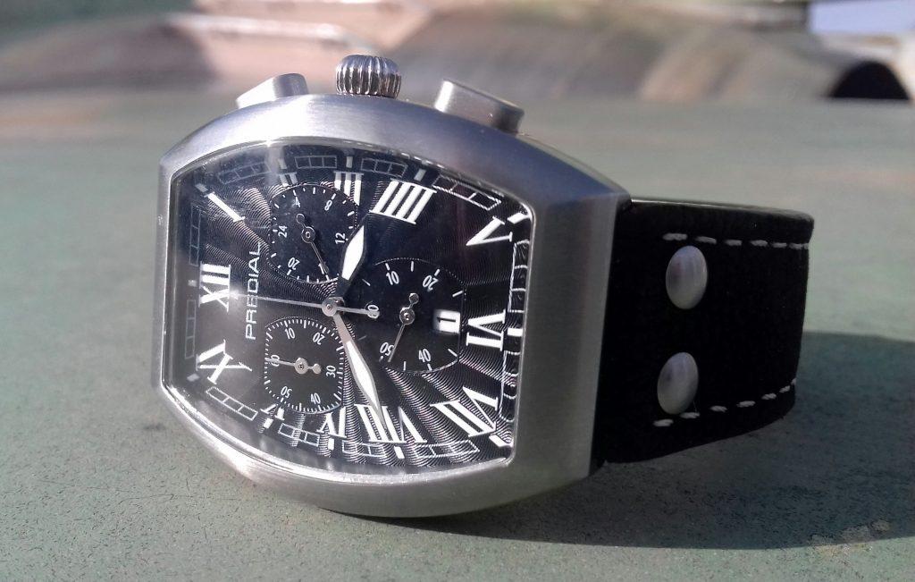 PREDIAL Tonneau Chronograph schwarz auf einer Tragfläche eines Jagtflügzeuges
