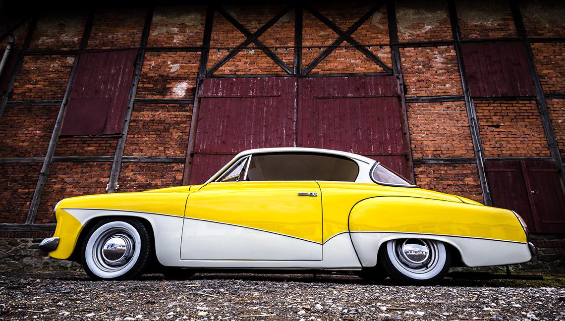 gelb weißes Wartburg Coupe von edelweiss customs vor romantischer Scheune
