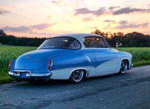 blau weißes Wartburg Coupe von edelweiss-customs vor Sonnenuntergang