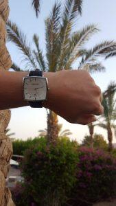 HEKTOR Monitor Herrenuhr bei schönem Wetter fotografiert vor dem Hintergrund einer Palme